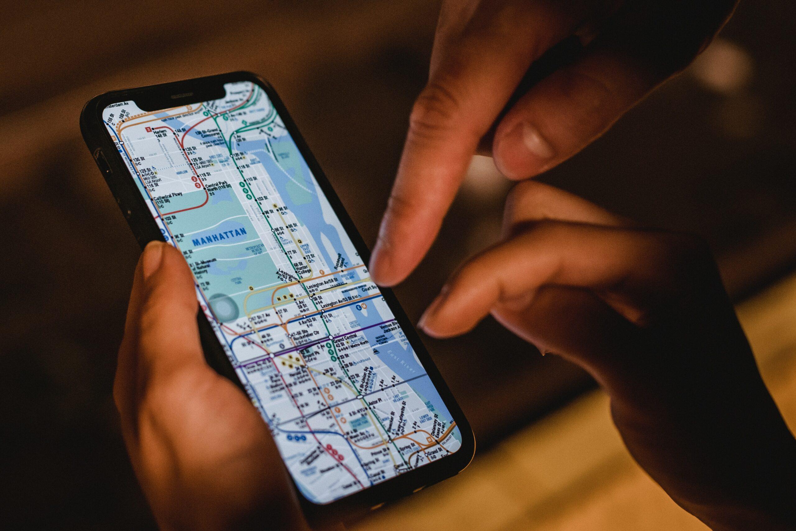 Un smartphone avec une map dessus, représentant une app pour digital nomad