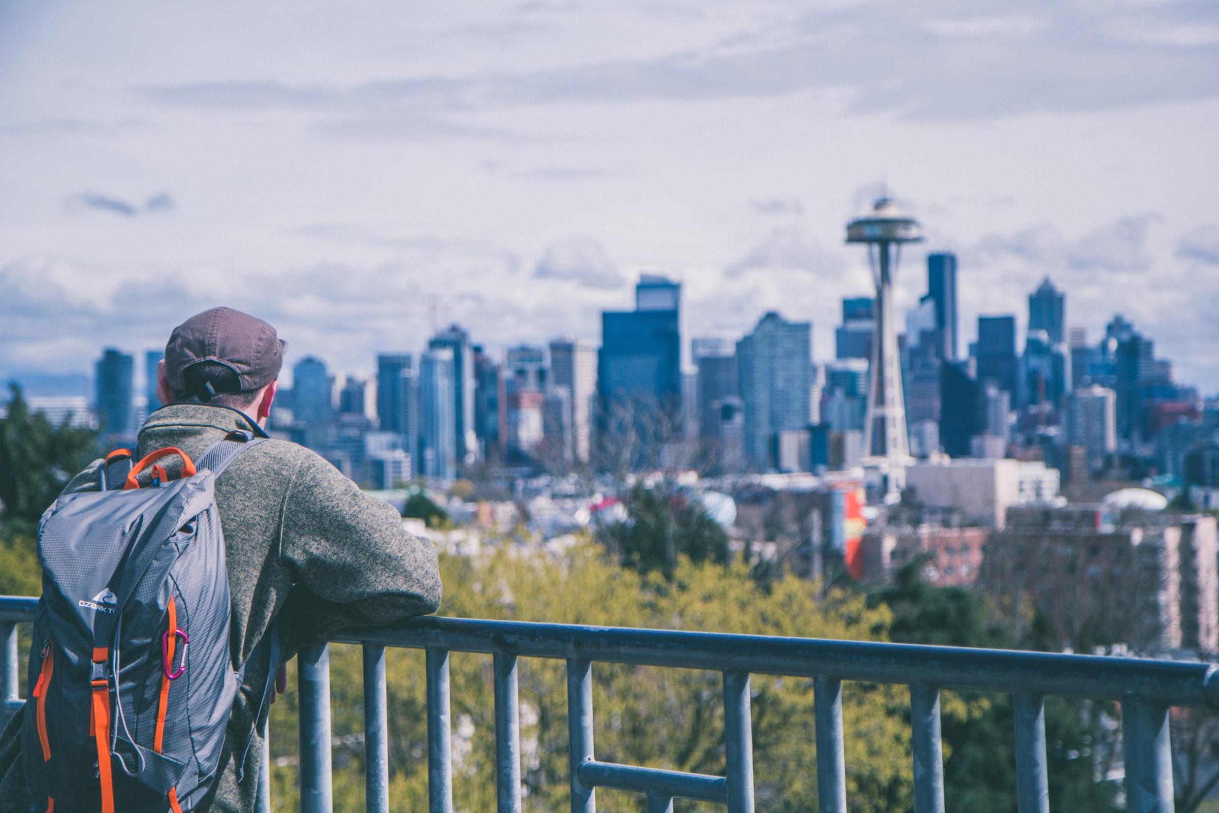 digital nomad regardant le paysage d'une ville